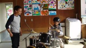 ドラムワークショップでの子供達